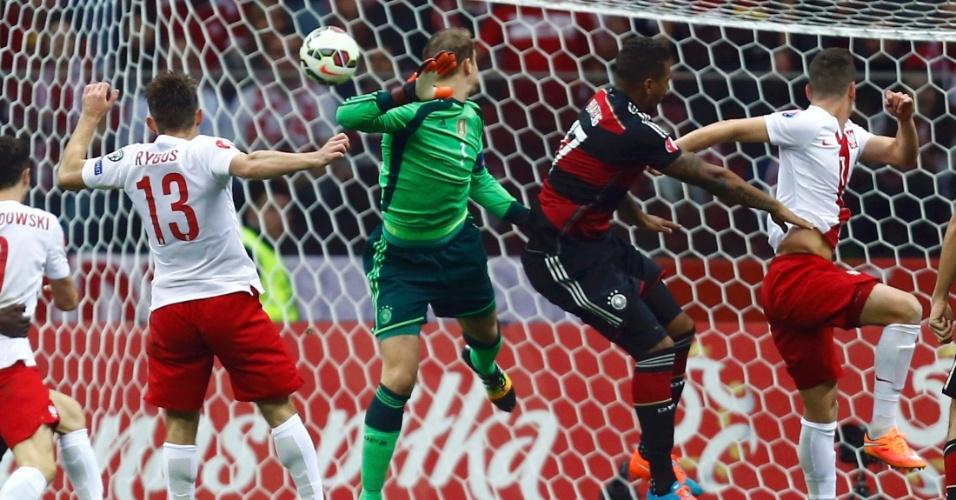 Detalhe do momento em que Neuer sai mal do gol da Alemanha e permite que a Polônia marque no jogo entre as duas seleções, em Varsóvia.