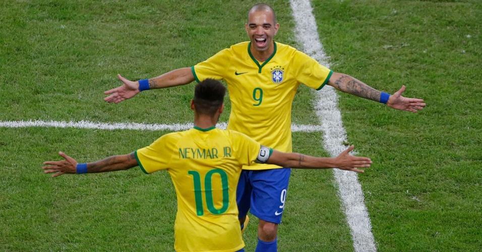 Diego Tardelli abraça Neymar após marcar pela seleção brasileira contra a Argentina no Superclássico das Américas