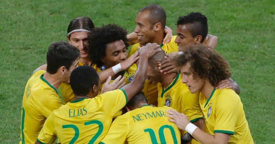 Diego Tardelli, atacante da seleção brasileira, recebe o carinho dos colegas após marcar contra a Argentina