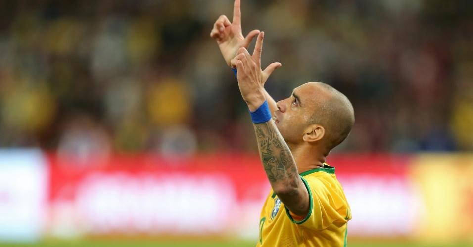 Diego Tardelli celebra gol da seleção na partida contra a Argentina