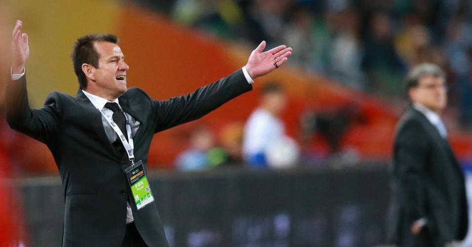 Dunga, técnico da seleção brasileira, gesticula durante a vitória do seu time por 2 a 0 sobre a Argentina