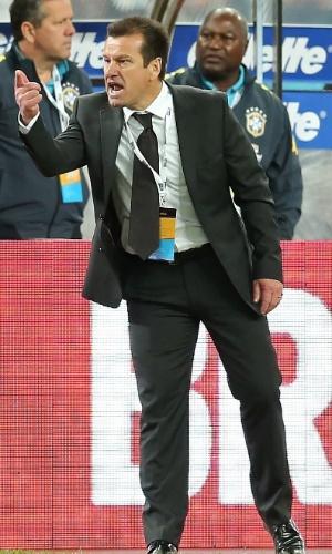 Dunga, técnico da seleção brasileira, orienta a equipe no Superclássico das Américas, contra a Argentina, em Pequim