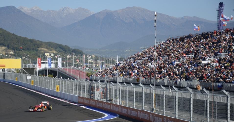 Fernando Alonso, da Ferrari, faz a curva no treino classificatório do GP da Rússia diante da torcida, que marcou presença em Sochi