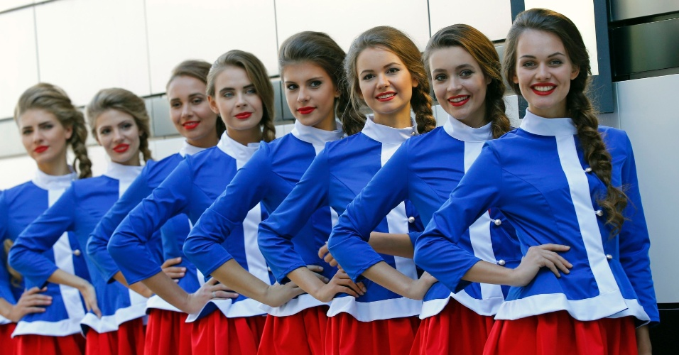 Grid Girls do GP da Rússia, vestidas com as cores do país, posam para fotos durante o treino classificatória da Fórmula 1, que terminou com pole position de Lewis Hamilton
