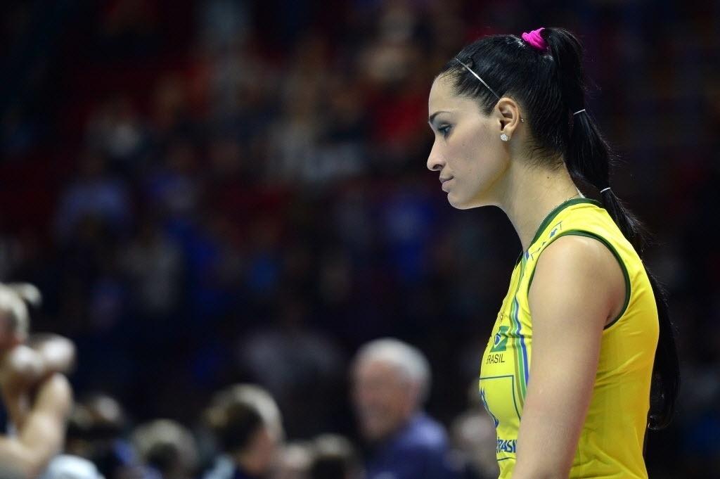 Jaqueline deixa quadra desolada após derrota da seleção para os EUA por 3 a 0