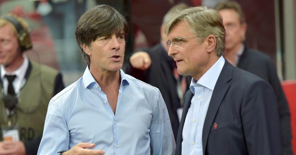 Joachim Low, técnico da Alemanha, conversa com Adam Nawalka, técnico da Polônia, antes do encontro das duas seleções pelas Eliminatórias da Euro 2016