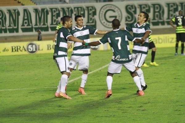 Jogadores do Goiás comemoram gol sobre o Coritiba
