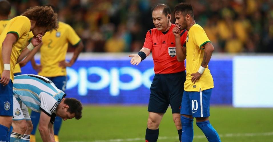 Lionel Messi, craque da Argentina, ajeita a bola para cobrar pênalti contra a seleção brasileira, durante o Superclássico das Américas, disputado em Pequim