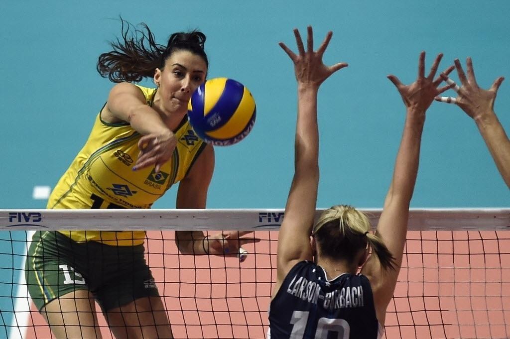 Sheilla ataca na partida da semifinal do Mundial de Vôlei. EUA venceram por 3 a 0