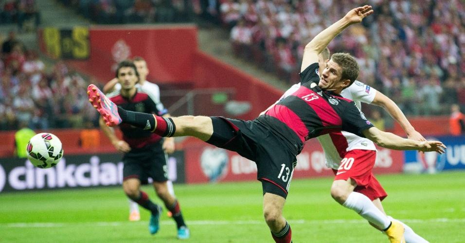 Thomas Muller, atacante da Alemanha, se estica para tentar dominar a bola em jogo contra a Polônia, pelas Eliminatórias para a Euro 2016