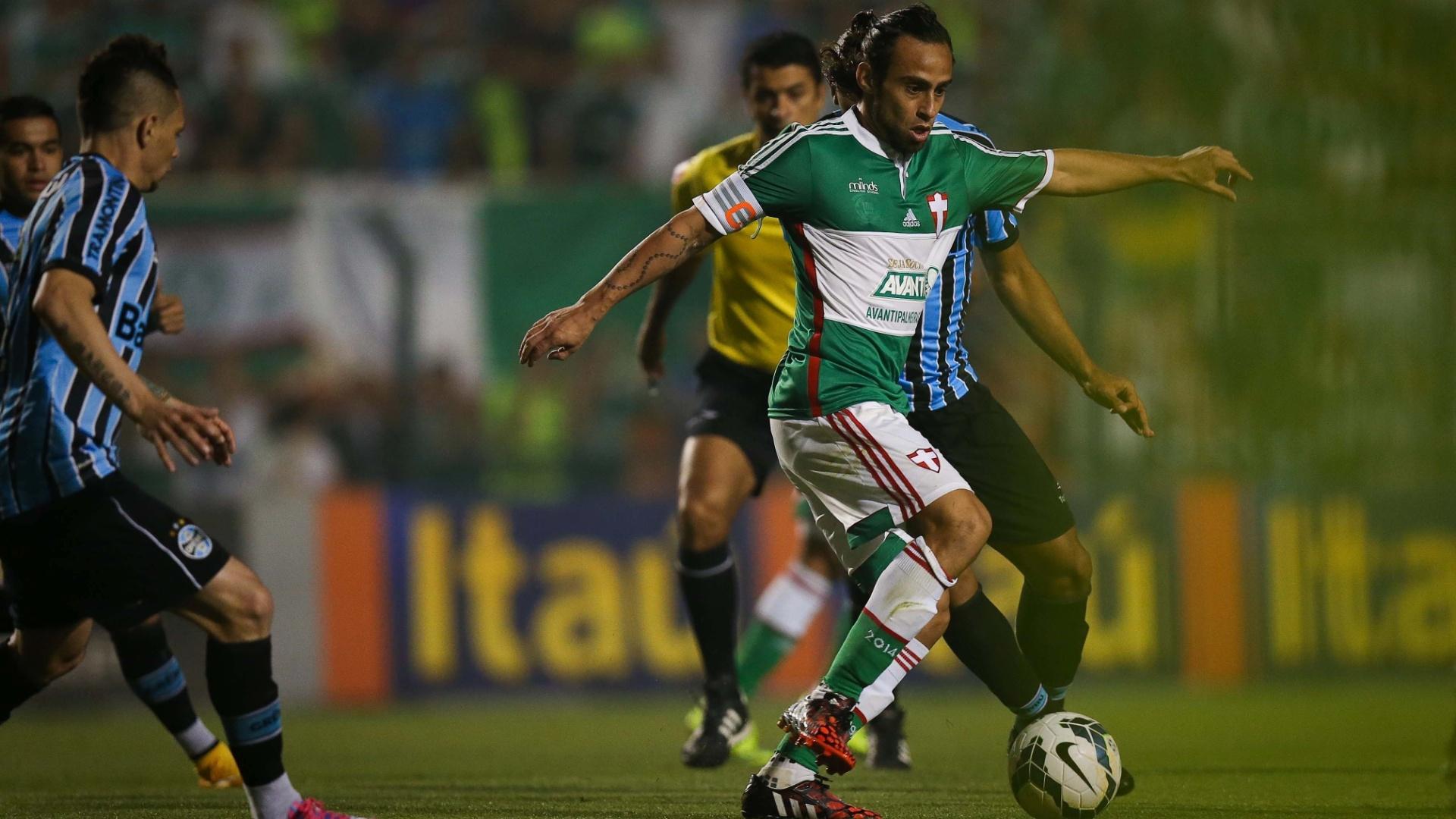 Valdivia domina bola cercado pela marcação do Grêmio
