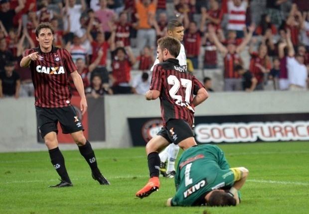 12 out. 2014 - Bady corre para comemorar gol do Atlético-PR em jogo contra o Figueirense