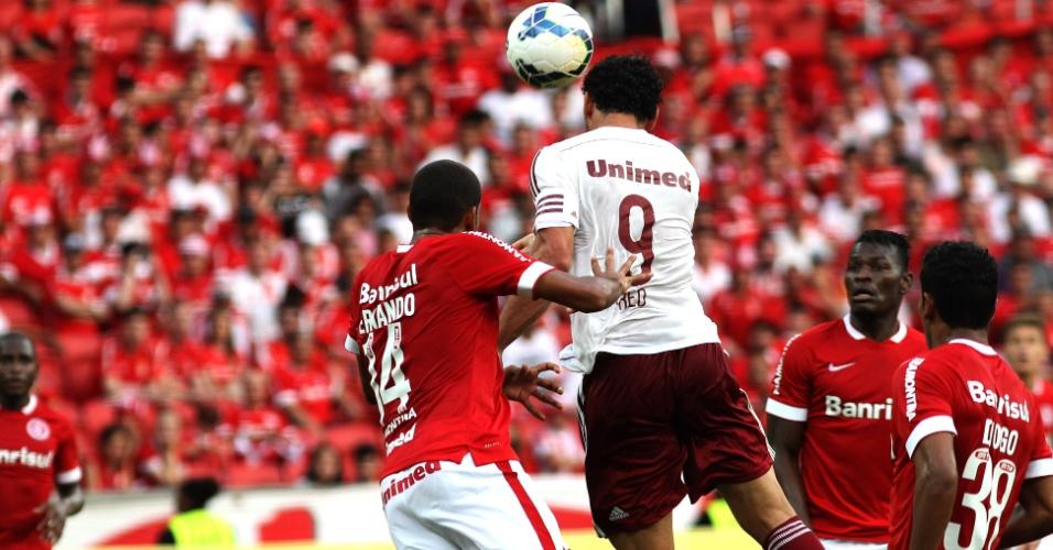12 out. 2014 - Fred sobe mais que o zagueiro Ernando e marca para o Fluminense em jogo contra o Internacional