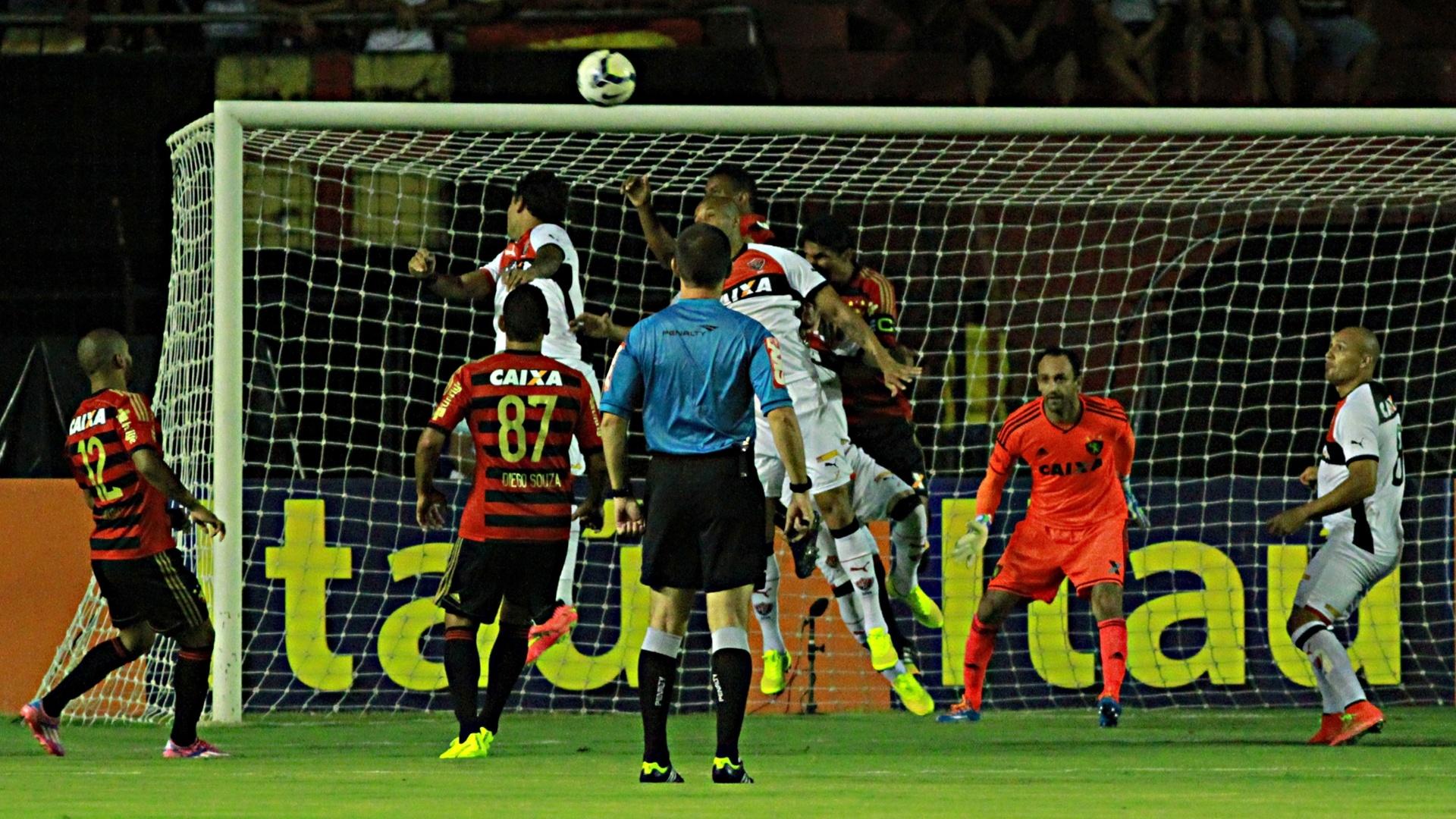 Bola é alçada na área do Sport no confronto com o Vitória