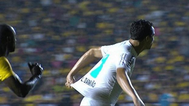 Damião puxa a própria camisa em partida do Santos contra o Criciúma