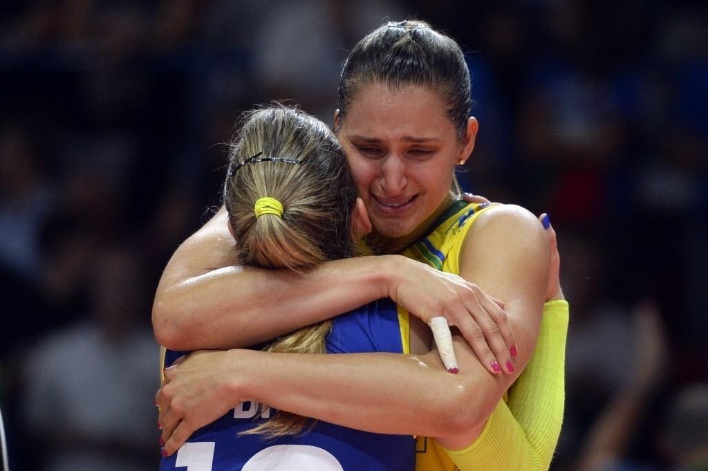 Dani Lins cai no choro com a líbero Camila Brait depois da conquista da medalha de bronze com a seleção brasileira no Mundial de Vôlei, na Itália