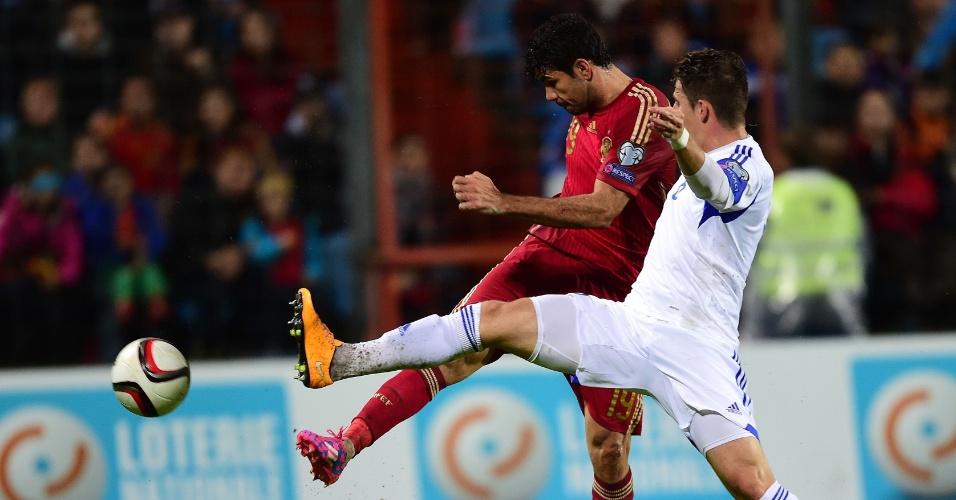 Diego Costa, atacante da Espanha tenta finalização na partida contra Luxemburgo, válida pelas Eliminatórias da Euro