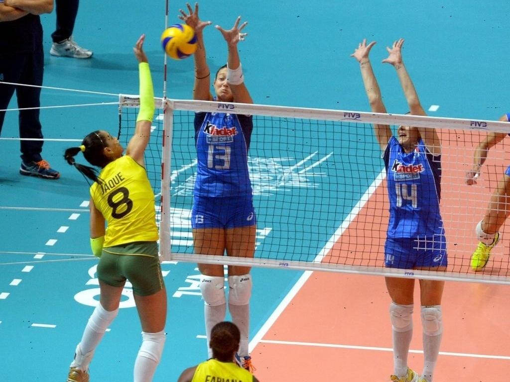 Jaqueline encara o bloquei duplo da Itália na disputa pelo terceiro lugar no Mundial de Vôlei