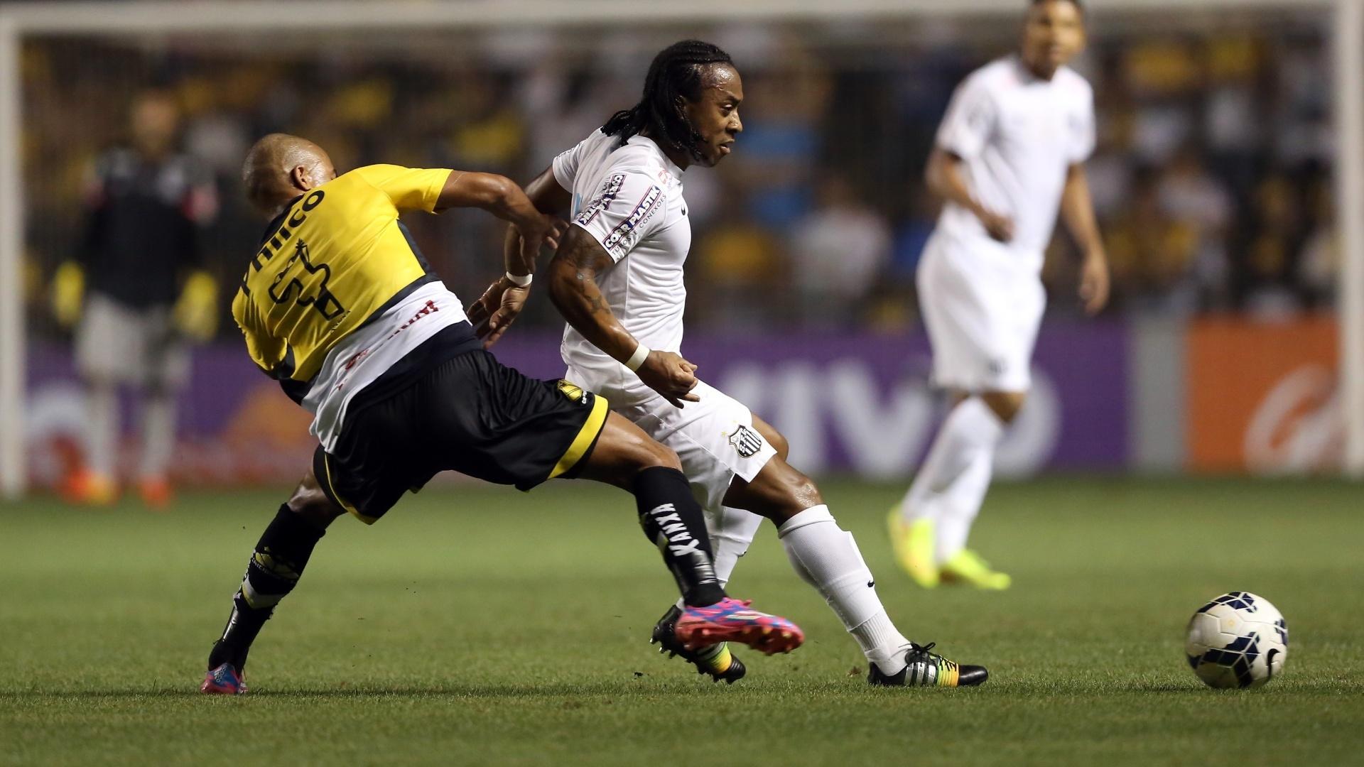 João Vitor, do Criciúma, aperta marcação contra Arouca, do Santos