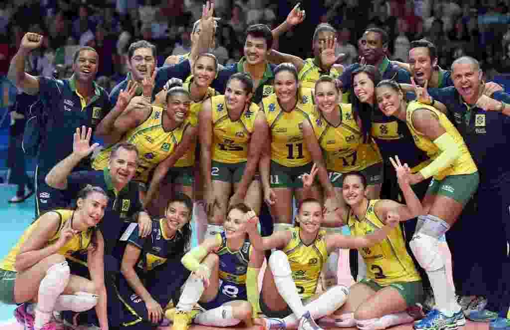 Jogadoras da seleção brasileira comemoram conquista da medalha de bronze no Mundial de Vôlei após vencerem a Itália, donas da casa, em um jogo disputado em cinco sets - EFE/EPA/Daniel Dal Zennaro