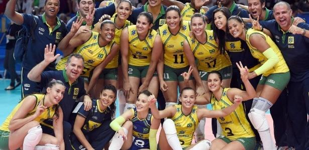Jogadoras da seleção brasileira comemoram conquista da medalha de bronze no  Mundial de Vôlei após vencerem a Itália d2dd074b3764d
