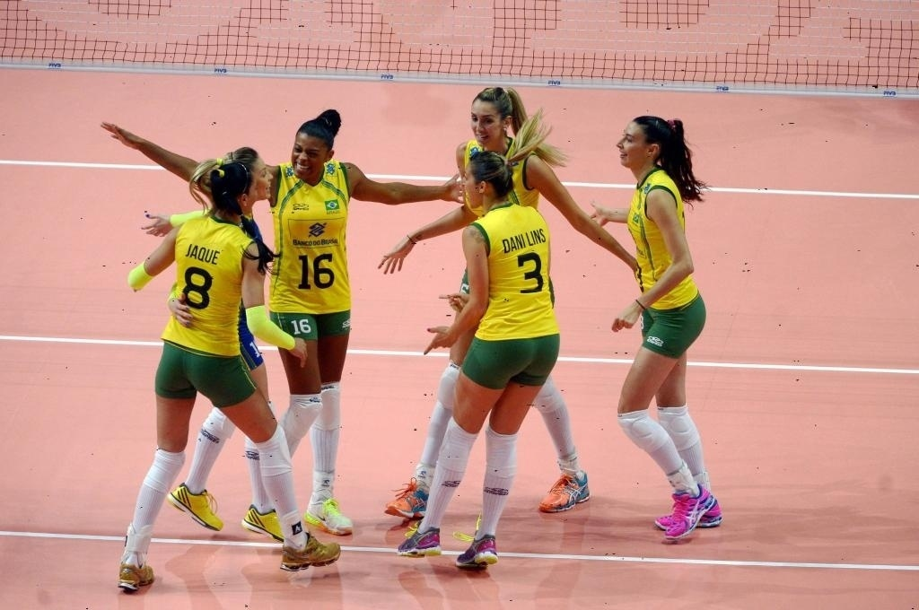Jogadoras do Brasil comemoram vitória no segundo set sobre as italianas na disputa pelo terceiro lugar no Mundial de Vôlei