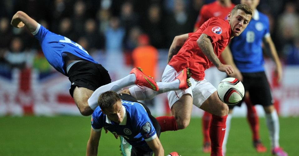 Jogadores de Inglaterra e Estônia se enroscam durante confronto válido pelas Eliminatórias da Euro 2016