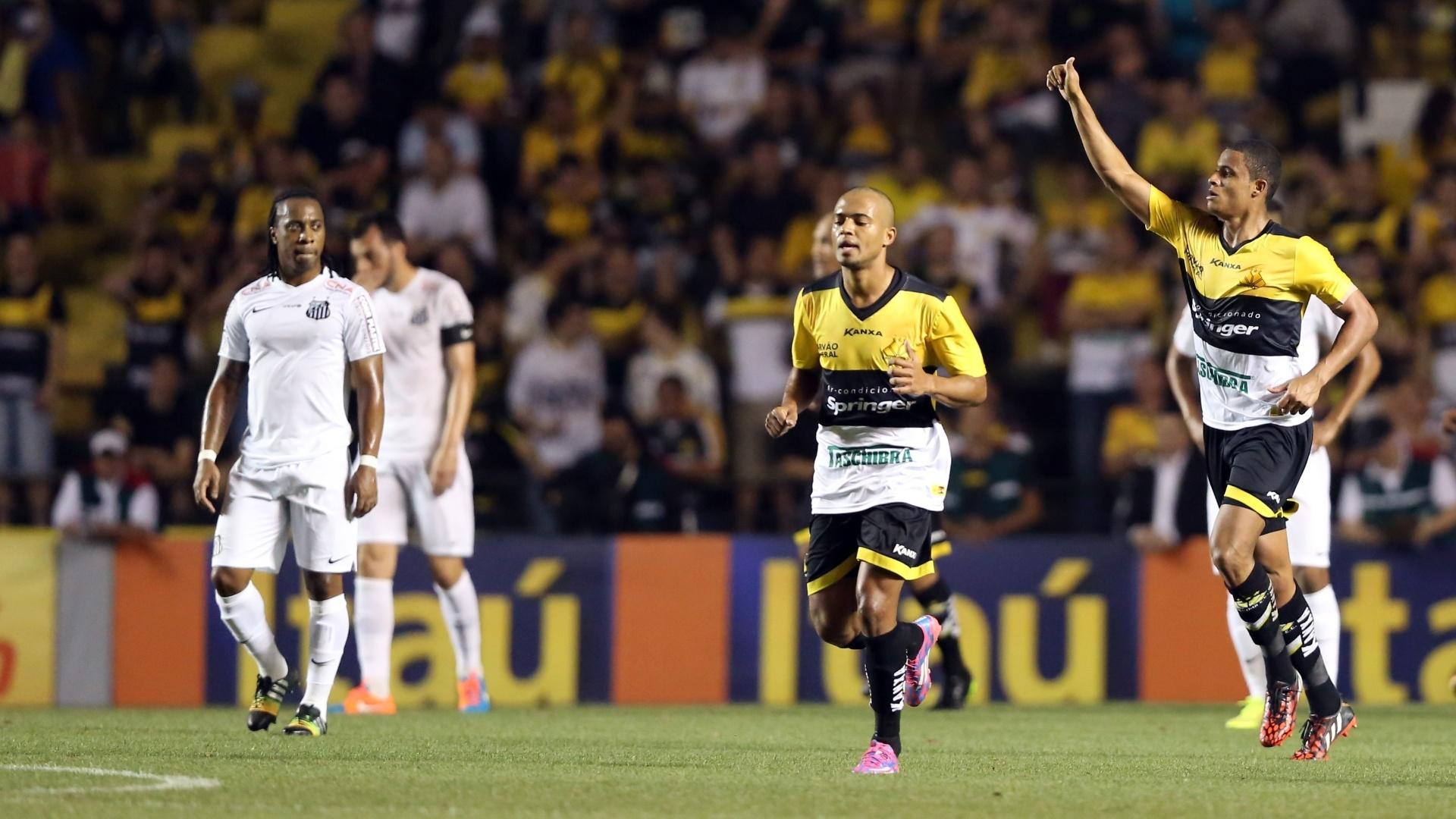 Joílson comemora primeiro gol do Criciúma contra o Santos