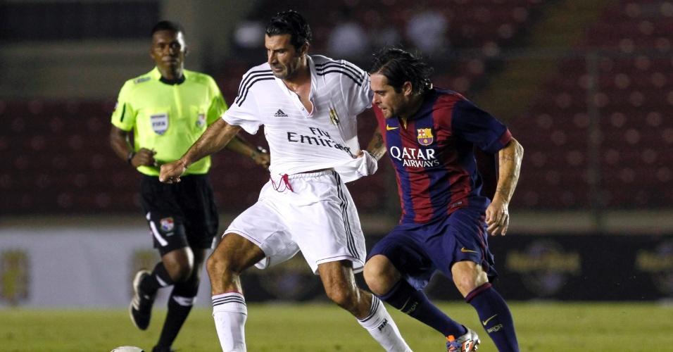 Luis Figo, melhor do mundo 2001, protege a bola no amistoso entre veteranos de Real Madrid e Barcelona, realizado no Panamá