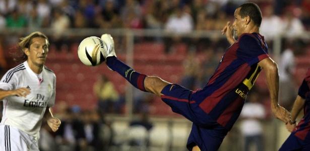 Rivaldo em ação pelos veteranos do Barça; meia é pernambucano e será a maior atração