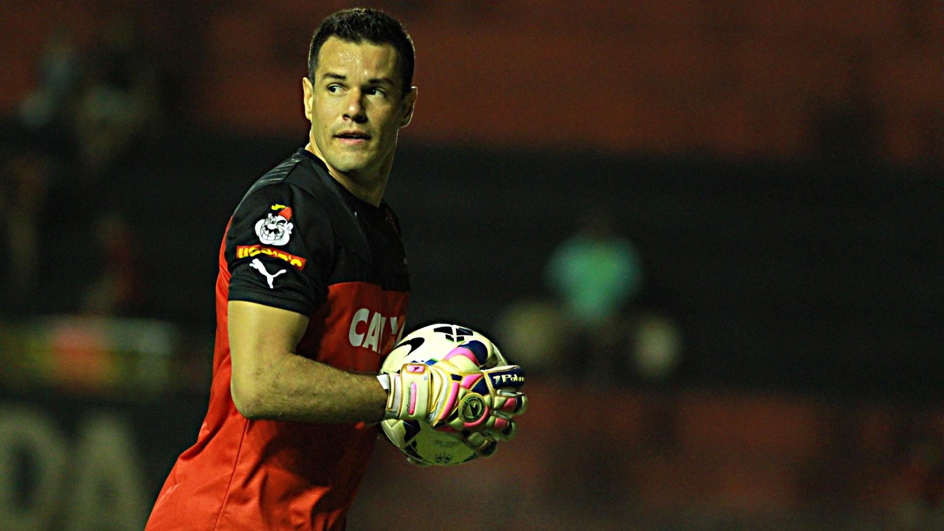 Roberto, goleiro do Vitória, prepara a reposição de bola