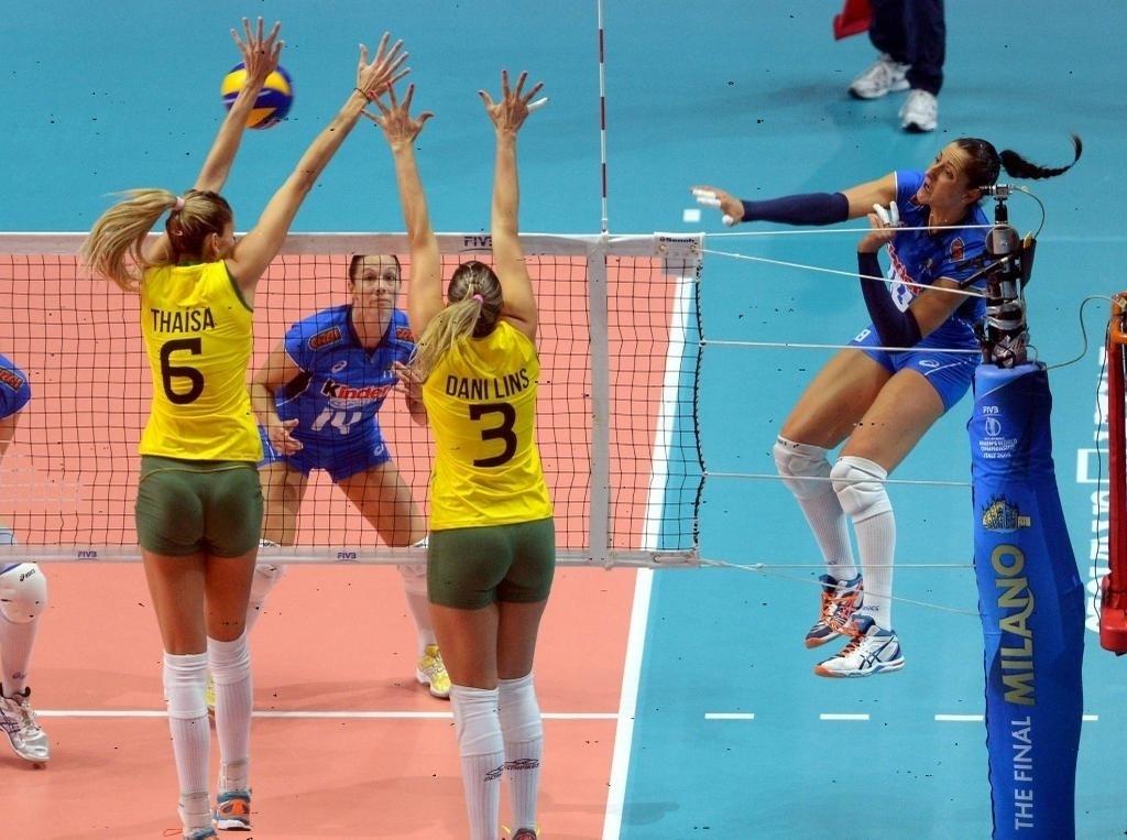 Thaísa e Dani Lins fazem o bloquei duplo e tentam superar o ataque da jogadora italiana