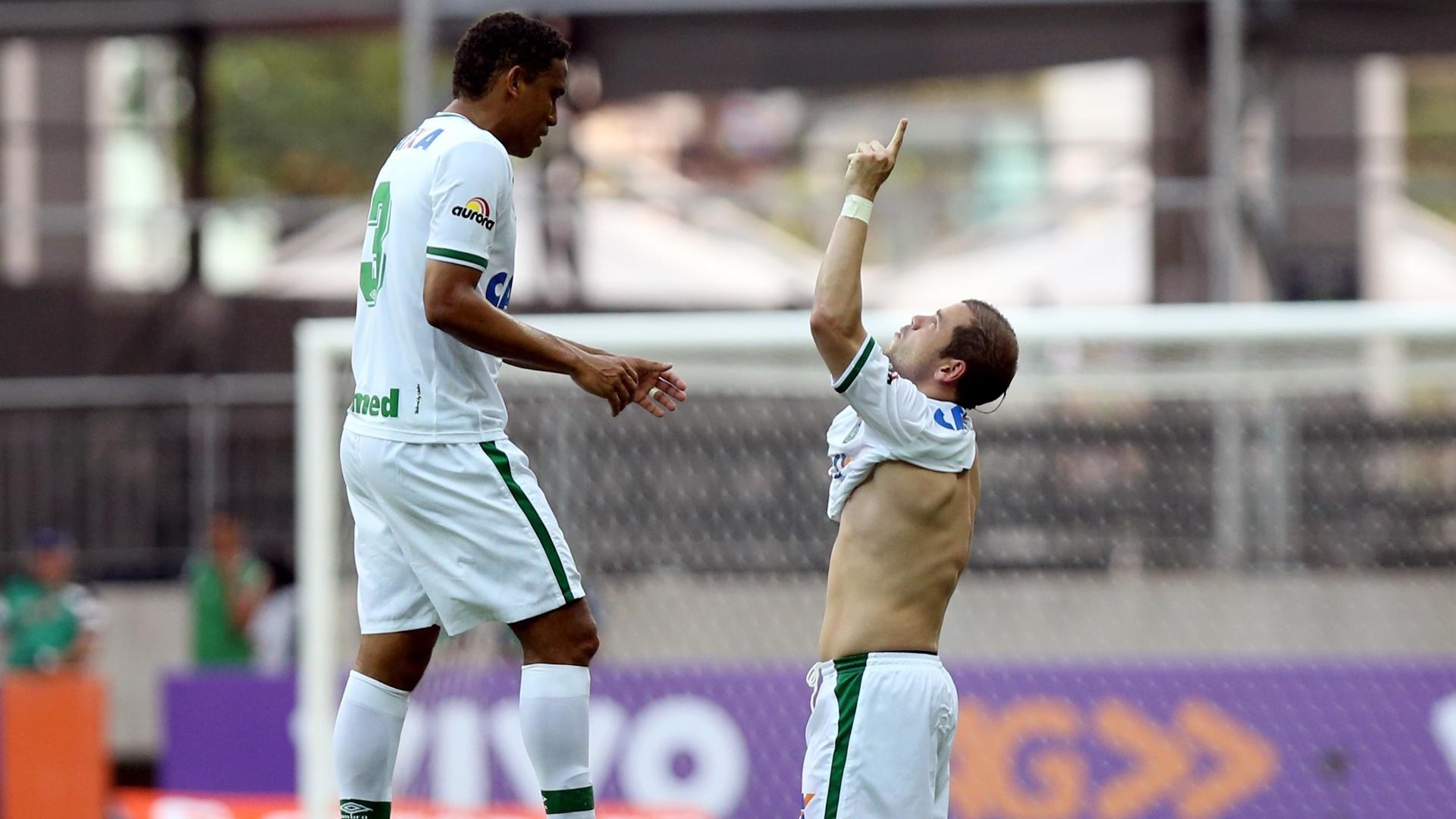 Tiago Luis comemora gol do Chapecoense diante do Bahia