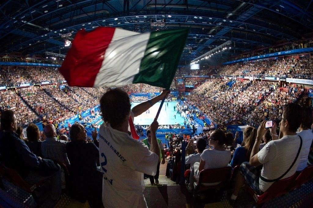 Torcida da Itália faz a festa nas arquibancadas do ginásio Mediolanum Forum, em Milão. As italianas jogam em casa e contam com muito apoio da torcida
