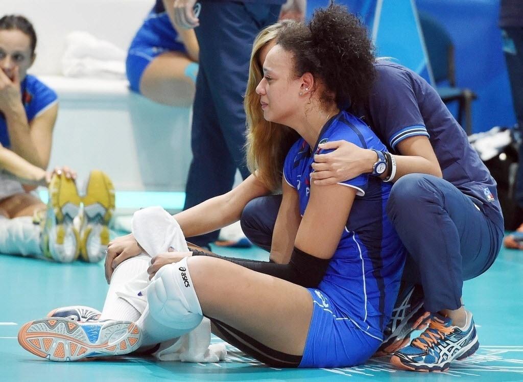 Uma das melhores jogadoras da partida, Valentina Diouf chora diante da derrota da Itália para a seleção brasileira na disputa pelo terceiro lugar no Mundial de Vôlei, na Itália