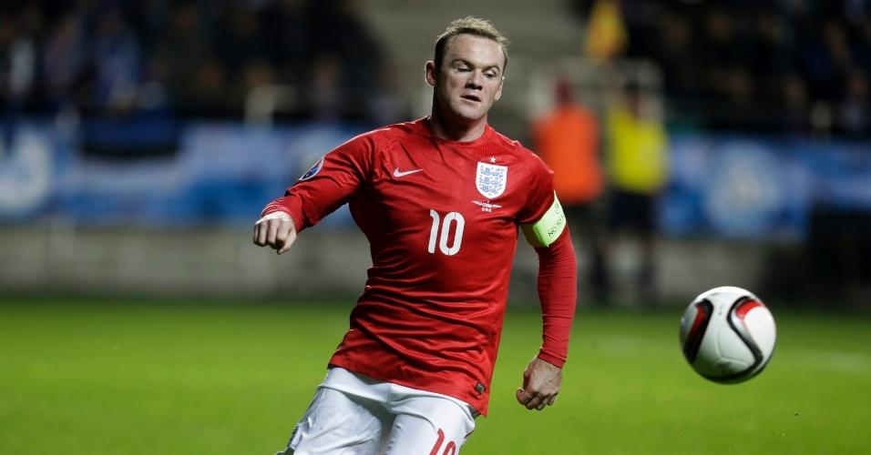 Wayne Rooney, atacante da Inglaterra, tenta dominar a bola durante o confronto com a Estônia, pelas Eliminatórias para a Euro 2016
