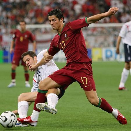 Atacante em ação na Copa de 2006; estreia ocorreu no dia 24 de fevereiro de 2001 - AFP PHOTO / NICOLAS ASFOURI
