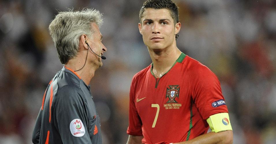 Cristiano Ronaldo, capitão da seleção portuguesa, conversa com árbitro durante a Euro de 2008