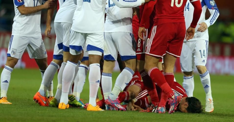 Gareth Bale fica caído enquanto jogadores do País de Gales e Chipre se desentendem