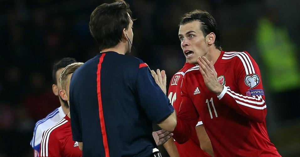 Gareth Bale reclama da arbitragem na partida do País de Gales contra o Chipre