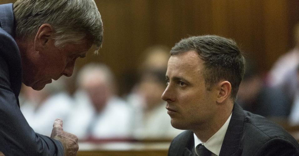 Oscar Pistorius comparece a tribunal para ouvir a sentença de seu homicídio culposo. Ele matou a tiros a ex-namorada, Reeva Steenkamp, em 2013