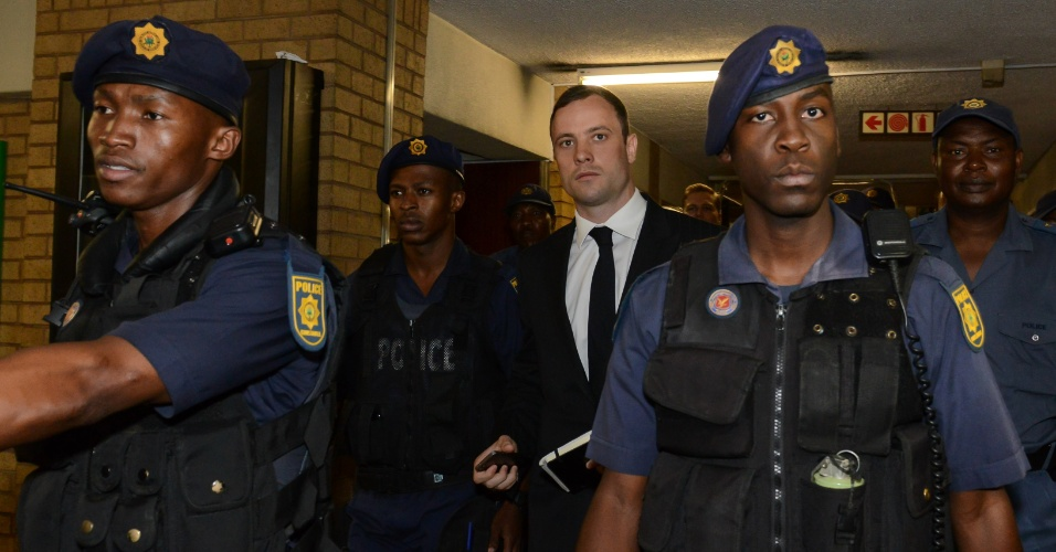 Sob forte esquema de segurança, Oscar Pistorius é levado ao tribunal em Pretoria, para ouvir sua sentença. Ele foi condenado por homicídio culposo na morte da ex-namorada