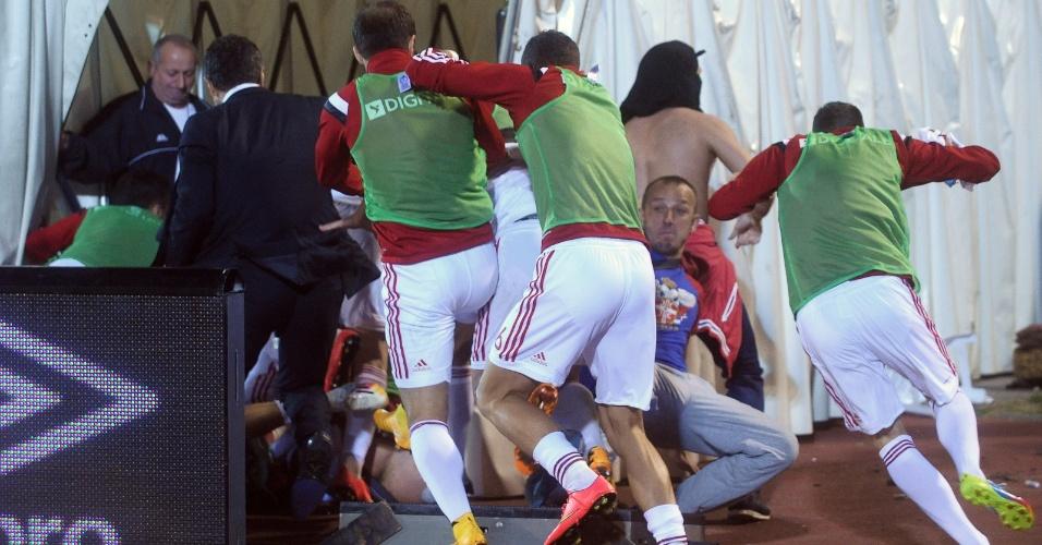 Jogadores da Albânia correm para tentar se proteger da confusão causada por um drone em um jogo das Eliminatórias da Euro
