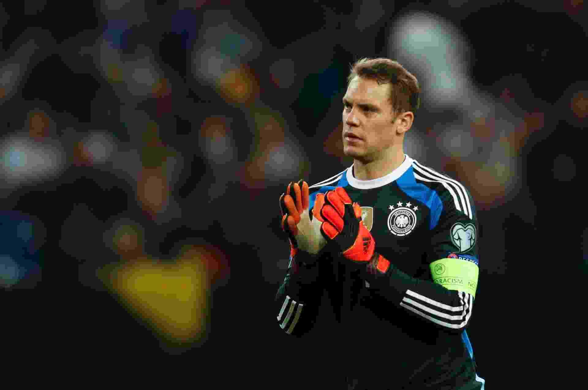 Neuer aplaude atuação da Alemanha durante jogo das Eliminatórias da Euro - INA FASSBENDER / REUTERS
