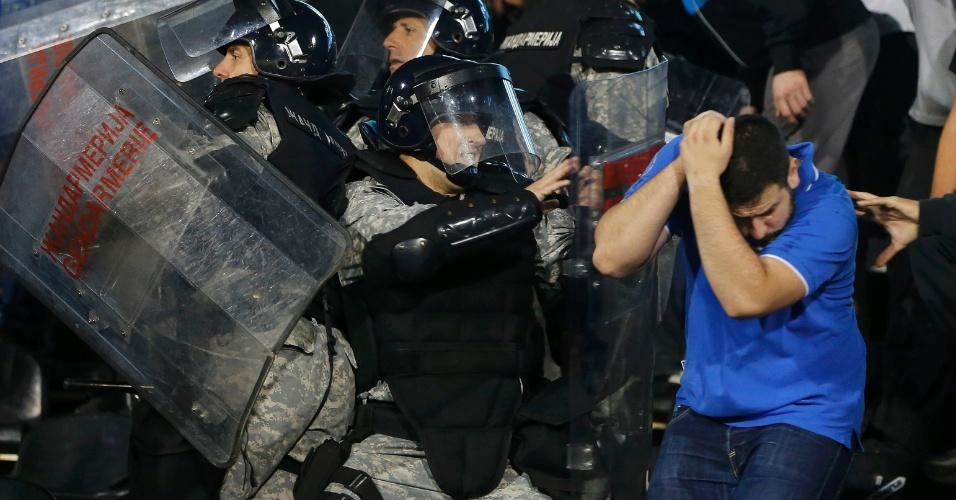 Polícia reage contra torcedor durante jogo em Belgrado que terminou em confusão pelas Eliminatórias da Euro