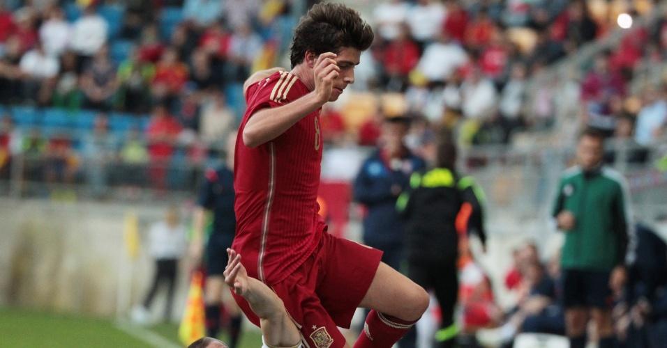 Sergi Roberto Carnicer, da Espanha Sub-21, divide bola com o sérvio Aleksandar Kovacevic