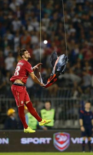 Stefan Mitrovic salta para tirar bandeira de drone que desencadeou confusão na partida entre Sérvia x Albânia