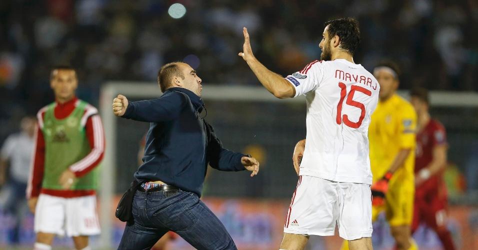 Torcedor agride jogador Mavraj, da Albânia, durante confusão em partida das Eliminatórias da Euro