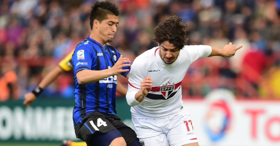 Alexandre Pato escapa da marcação em partida da Copa Sul-Americana