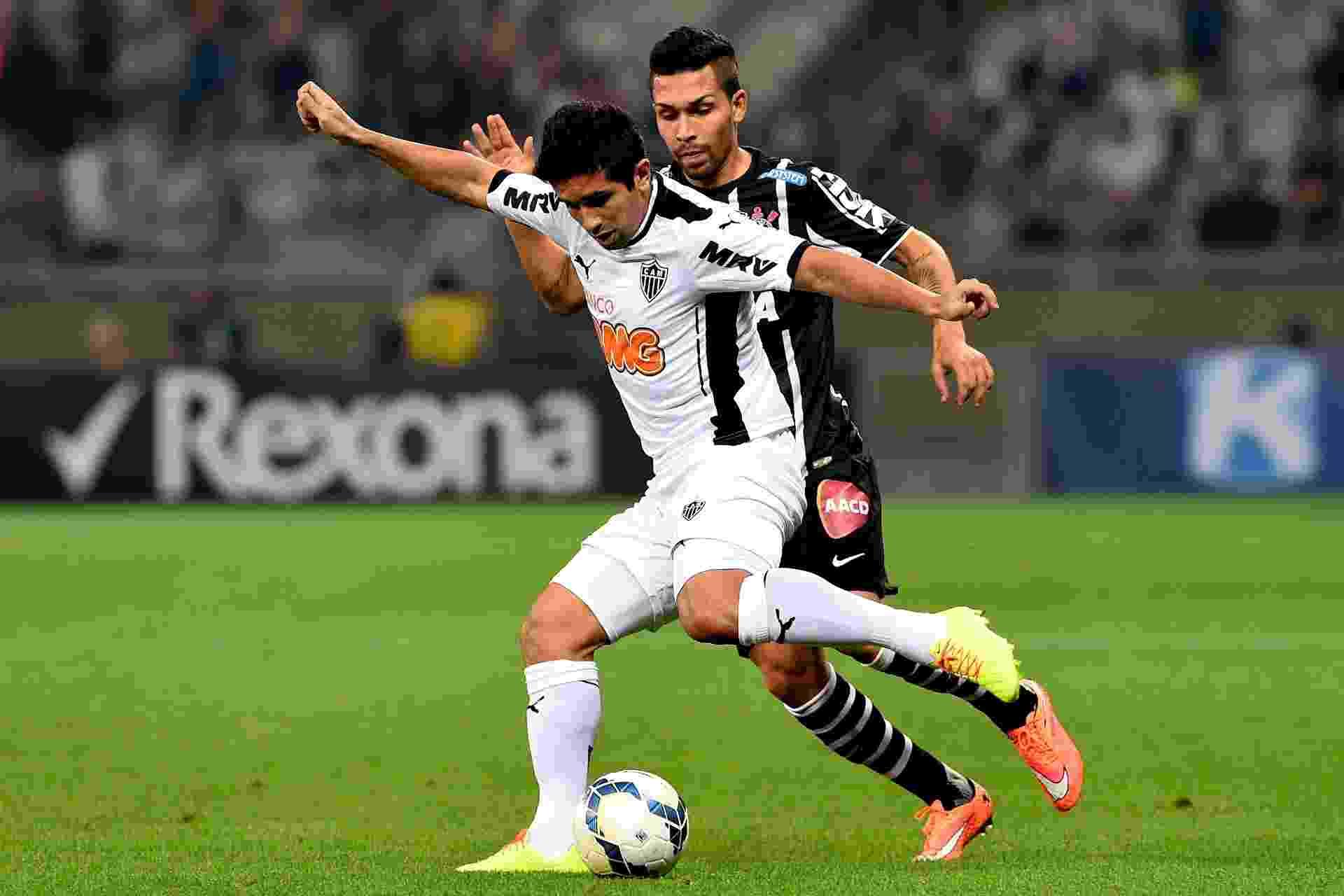 Guilherme e Petros disputam bola no Mineirão - Buda Mendes/Getty Images